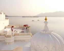 india rajasthan udaipur_ lake pichola taj lake palace hotel